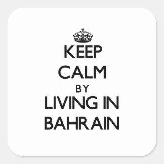 Guarde la calma viviendo en Bahrein Calcomanías Cuadradass Personalizadas
