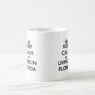Guarde la calma viviendo en la Florida Taza Clásica