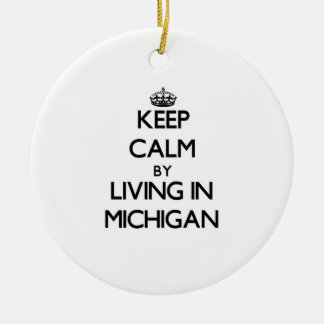 Guarde la calma viviendo en Michigan Adorno Navideño Redondo De Cerámica
