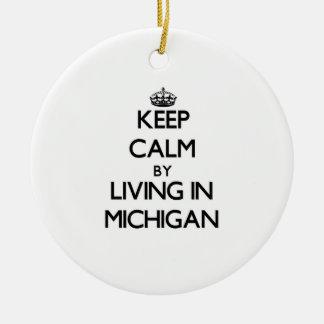 Guarde la calma viviendo en Michigan Adorno Redondo De Cerámica