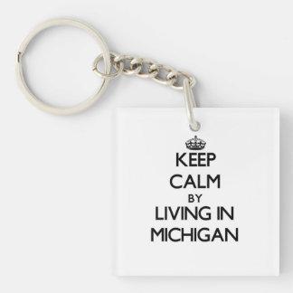 Guarde la calma viviendo en Michigan Llavero Cuadrado Acrílico A Una Cara