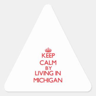 Guarde la calma viviendo en Michigan Pegatina Triangular