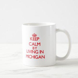 Guarde la calma viviendo en Michigan Taza Básica Blanca