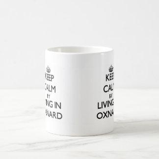 Guarde la calma viviendo en Oxnard Taza Básica Blanca