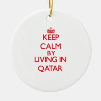 Guarde la calma viviendo en Qatar Adorno Redondo De Cerámica