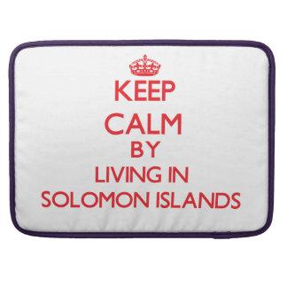 Guarde la calma viviendo en Solomon Island Fundas Para Macbook Pro