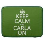 Guarde la calma y a Carla encendido - cualquier co Fundas Para Macbooks