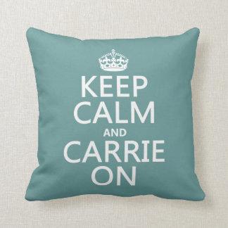 Guarde la calma y a Carrie en (cualquier color de  Almohada