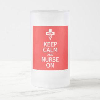 Guarde la calma y a la enfermera en la taza - para
