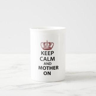 Guarde la calma y a la madre encendido taza de porcelana