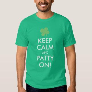 Guarde la calma y a Patty encendido, día divertido Playeras