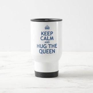 Guarde la calma y abrace a la reina taza de viaje