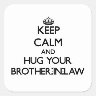 Guarde la calma y abrace a su cuñado calcomanias cuadradas
