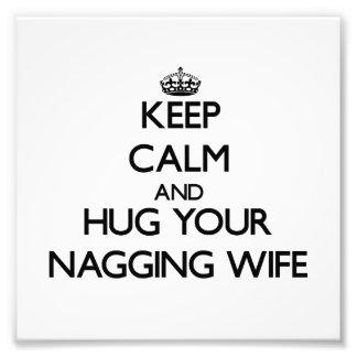 Guarde la calma y abrace a su esposa que regaña fotografias