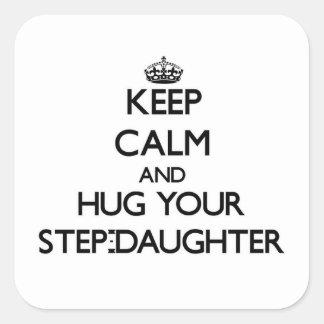 Guarde la calma y abrace a su hijastra pegatina cuadrada