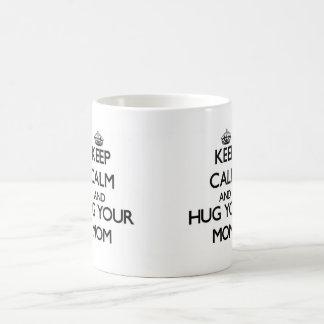 Guarde la calma y abrace a su mamá taza clásica