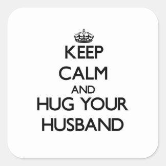Guarde la calma y abrace a su marido pegatina cuadrada