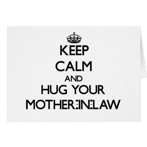 Guarde la calma y abrace a su suegra felicitación