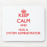 Guarde la calma y abrace a un administrador de sis tapetes de ratones
