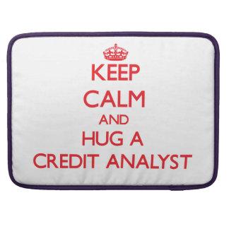 Guarde la calma y abrace a un analista de crédito fundas para macbooks