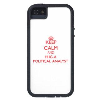 Guarde la calma y abrace a un analista político iPhone 5 Case-Mate carcasa