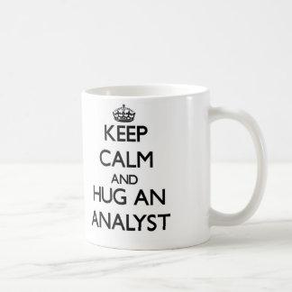 Guarde la calma y abrace a un analista tazas