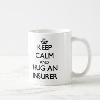 Guarde la calma y abrace a un asegurador taza básica blanca