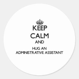 Guarde la calma y abrace a un ayudante administrat etiquetas