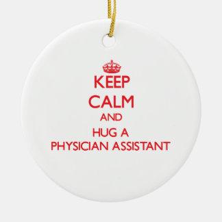 Guarde la calma y abrace a un ayudante del médico ornamento de navidad