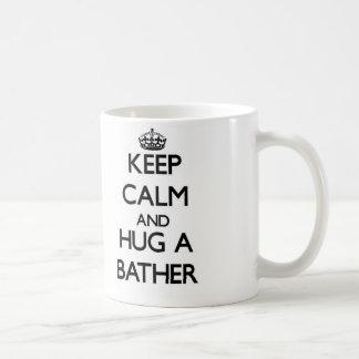 Guarde la calma y abrace a un bañista taza básica blanca