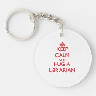 Guarde la calma y abrace a un bibliotecario llavero redondo acrílico a una cara