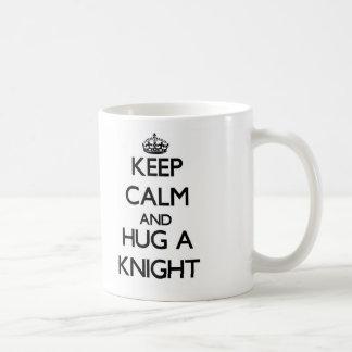 Guarde la calma y abrace a un caballero taza básica blanca