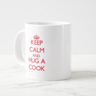 Guarde la calma y abrace a un cocinero taza jumbo