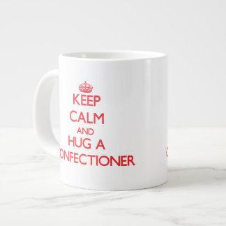 Guarde la calma y abrace a un confitero taza grande