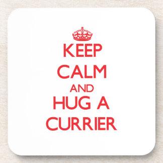 Guarde la calma y abrace a un curtidor posavasos