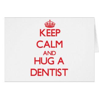 Guarde la calma y abrace a un dentista tarjeta de felicitación