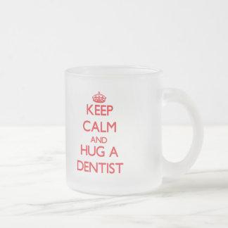 Guarde la calma y abrace a un dentista tazas de café