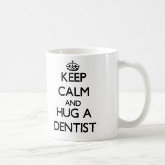 Guarde la calma y abrace a un dentista taza clásica