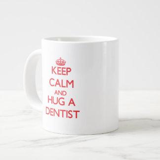 Guarde la calma y abrace a un dentista tazas extra grande