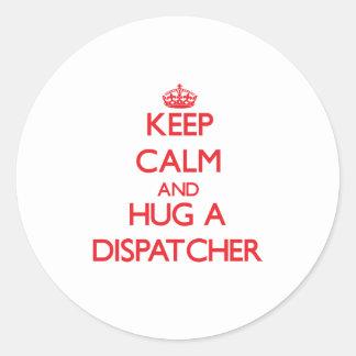Guarde la calma y abrace a un despachador etiqueta redonda