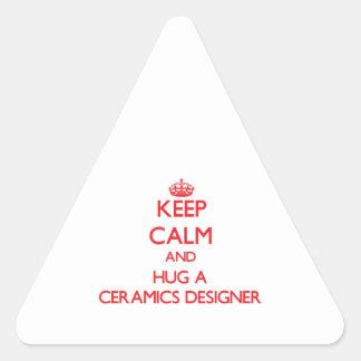 Guarde la calma y abrace a un diseñador de la pegatina triangular
