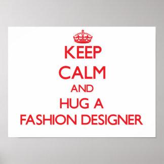 Guarde la calma y abrace a un diseñador de moda posters