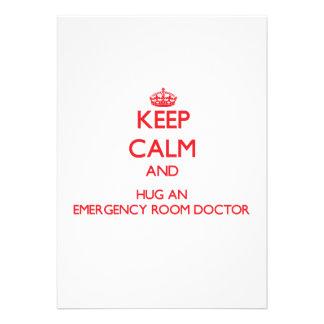 Guarde la calma y abrace a un doctor de la sala de anuncio