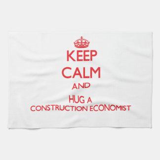 Guarde la calma y abrace a un economista de la con toallas de cocina