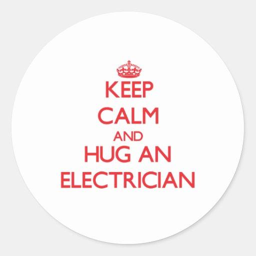 Guarde la calma y abrace a un electricista pegatina redonda