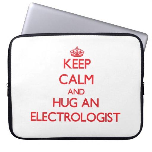 Guarde la calma y abrace a un Electrologist Fundas Computadoras