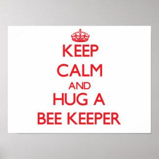 Guarde la calma y abrace a un encargado de la abej posters