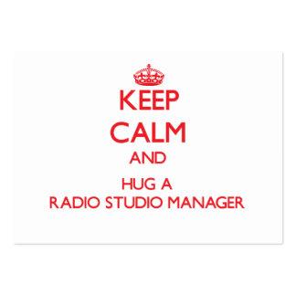 Guarde la calma y abrace a un encargado de radio d tarjeta de visita