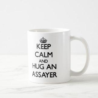 Guarde la calma y abrace a un ensayador taza básica blanca