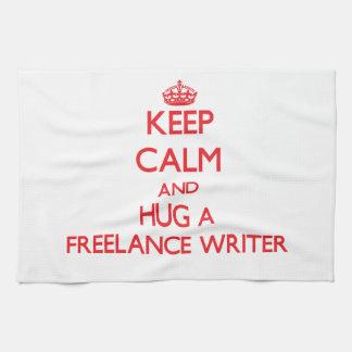 Guarde la calma y abrace a un escritor free lance toallas de mano